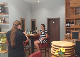 Ashley Colburn tijekom snimanja novog promo videa otoka Korčule u točionici i kušaonici vina Blato 1902 d.d.
